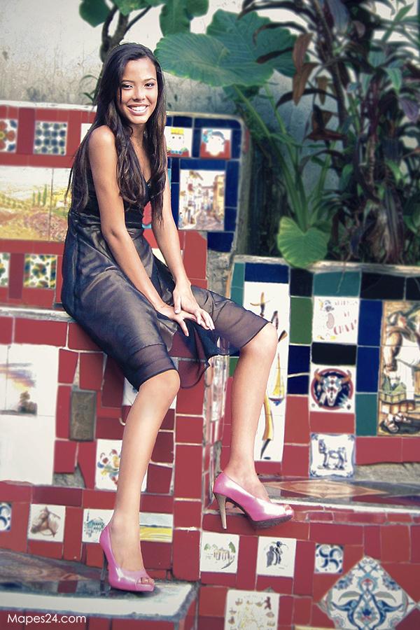 brazilian model posing at escadaria selaron