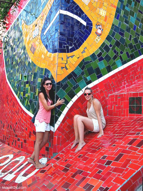 spanish tourists posing at escadaria selaron