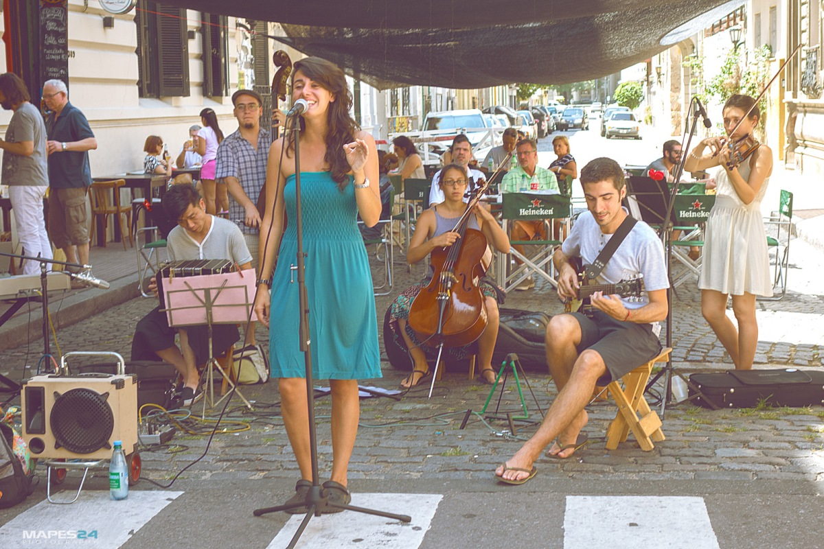 female tango singer performing in san telmo street market from http://mapes24.com