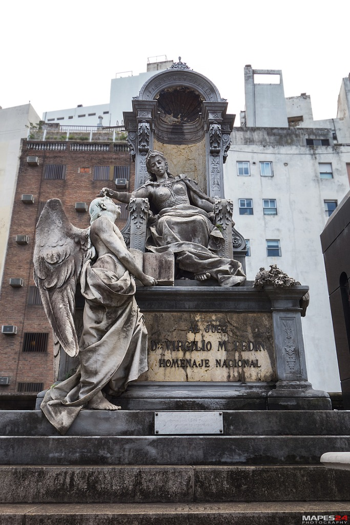 tombstone of angel staring at queen on throne in recoleta cemetery from http://mapes24.com